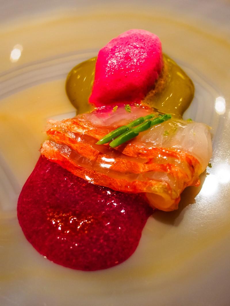 Roger marinat amb kombu escuma de figa de pala, anèmona, salicòrnia, llima i vinagre de katsuobushi